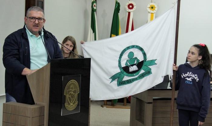 Emerson Schweig esteve na sessão do legislativo acompanhado de pais e alunos da escola