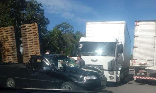Colisão envolveu carro e caminhão(Foto: internet)