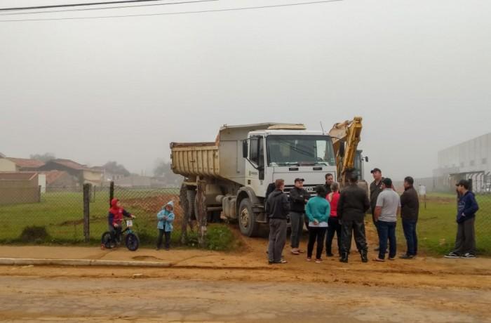 Moradores impedem a saída de caminhão da prefeitura do terreno. Foto: Emerson Gonçalves