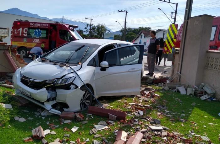 Carro atingiu muro após colisão. Foto: Bombeiros voluntários, divulgação