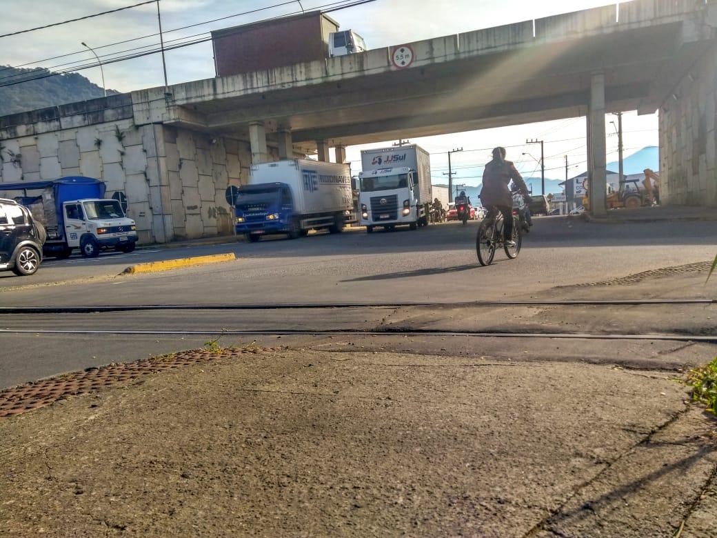 Viaduto da Av. Prefeito Waldemar Grubba: sinalização apagada e confusa é a reclamação dos motoristas. Foto: Emerson Gonçalves