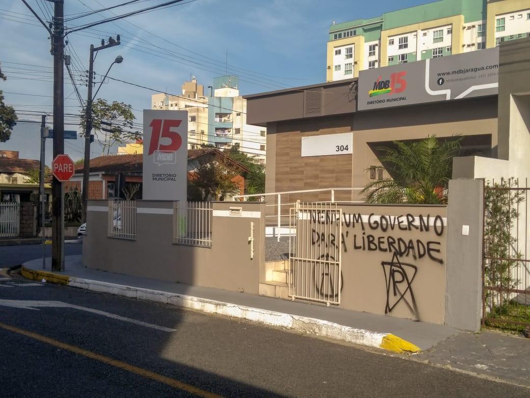 Nesta quinta-feira(11), muro da residência e o cemitério ainda estavam pichados. Foto: Emerson Gonçalves
