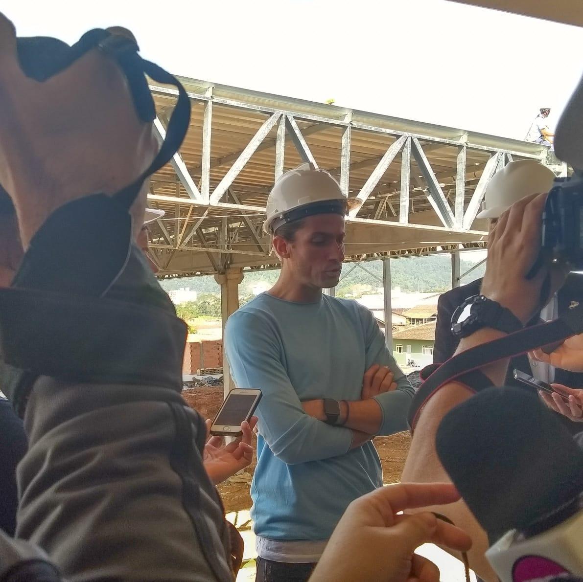 Jogador apresentou obra à imprensa. Foto: Emerson Gonçalves