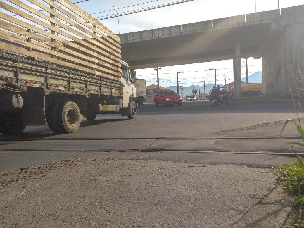 Sinalização precária no viaduto da Av. Prefeito Waldemar Grubba. Foto: Emerson Gonçalves