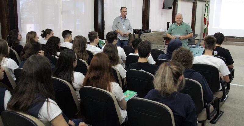 Alunos do Colégio Evangélico Jaraguá, acompanharam explicações sobre o poder legislativo municipal. Foto: Câmara de Vereadores de Jaraguá do Sul
