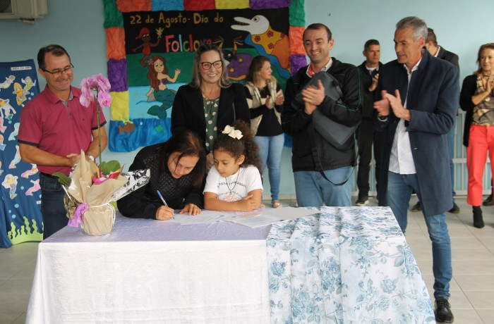 Assinatura ordem de serviço. Foto: Prefeitura de Guaramirim