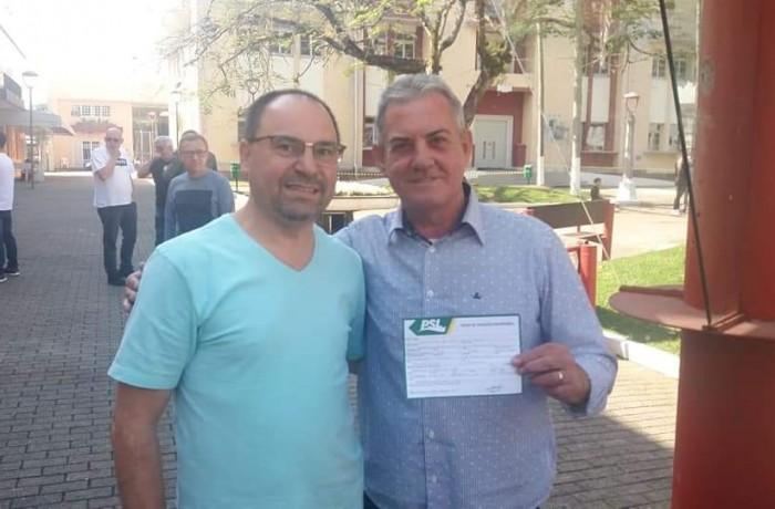 Filiação de Ortiz Primo(E), foi chancelada pelo primeiro-secretário do PSL e assessor parlamentar Jurandir Rossi Vieira. Foto: Redes Sociais