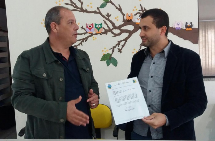 Ofício entregue pelo presidente Ramon(D), ao diretor da escola, Cesar Augusto Vieira