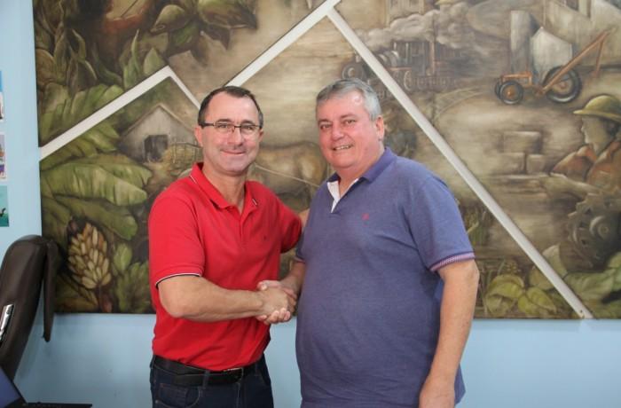 Transmissão de cargo do prefeito Luís Antônio Chiodini(E), para o vice Osvaldo Devigili. Foto: Prefeitura de Guaramirim