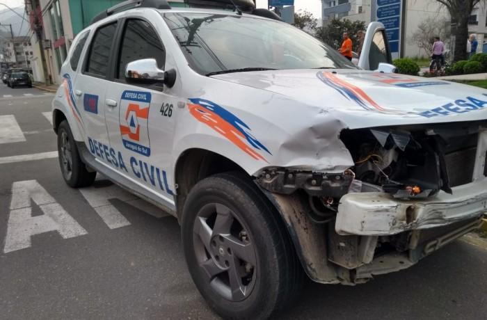 Testemunhas: carro da Defesa Civil cortou a frente da motocicleta, ao entrar na rua preferencial