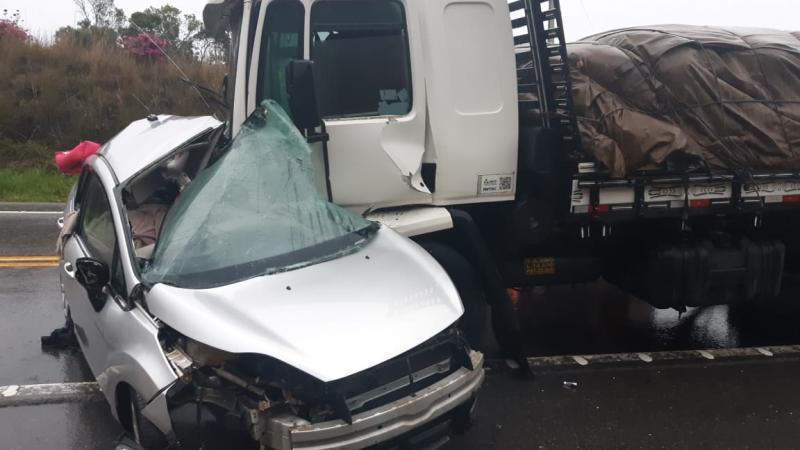 Caminhão atingiu a lateral do automóvel Fiesta, por volta das 17h(Foto: Polícia Rodoviária Federal (PRF))
