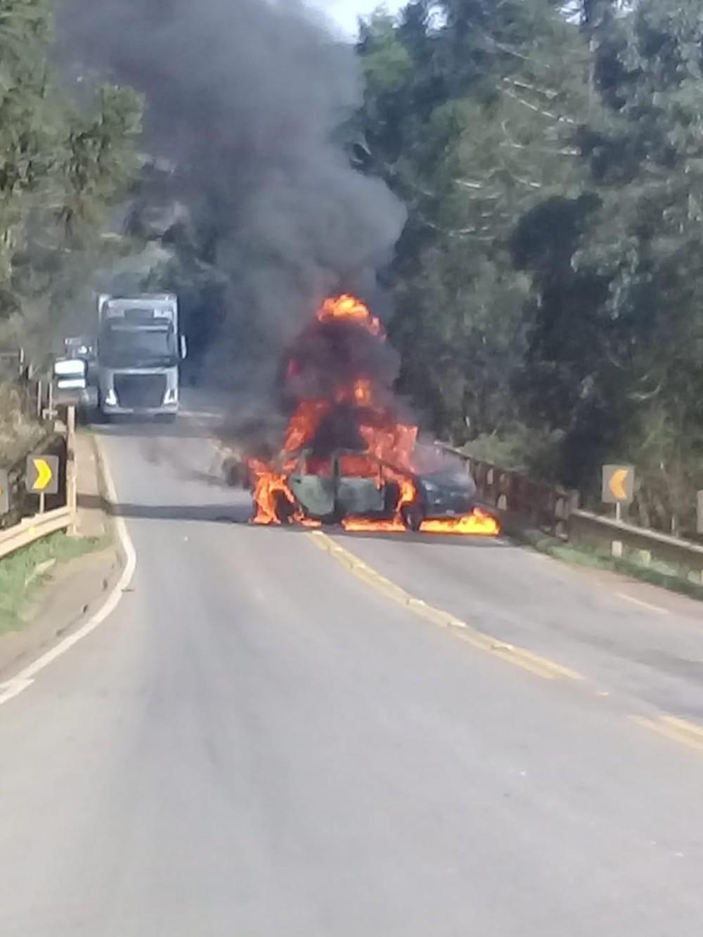 Carro foi incendiado em ponte no Oeste catarinense — Foto: Jana Guedes/Caçador de Notícias