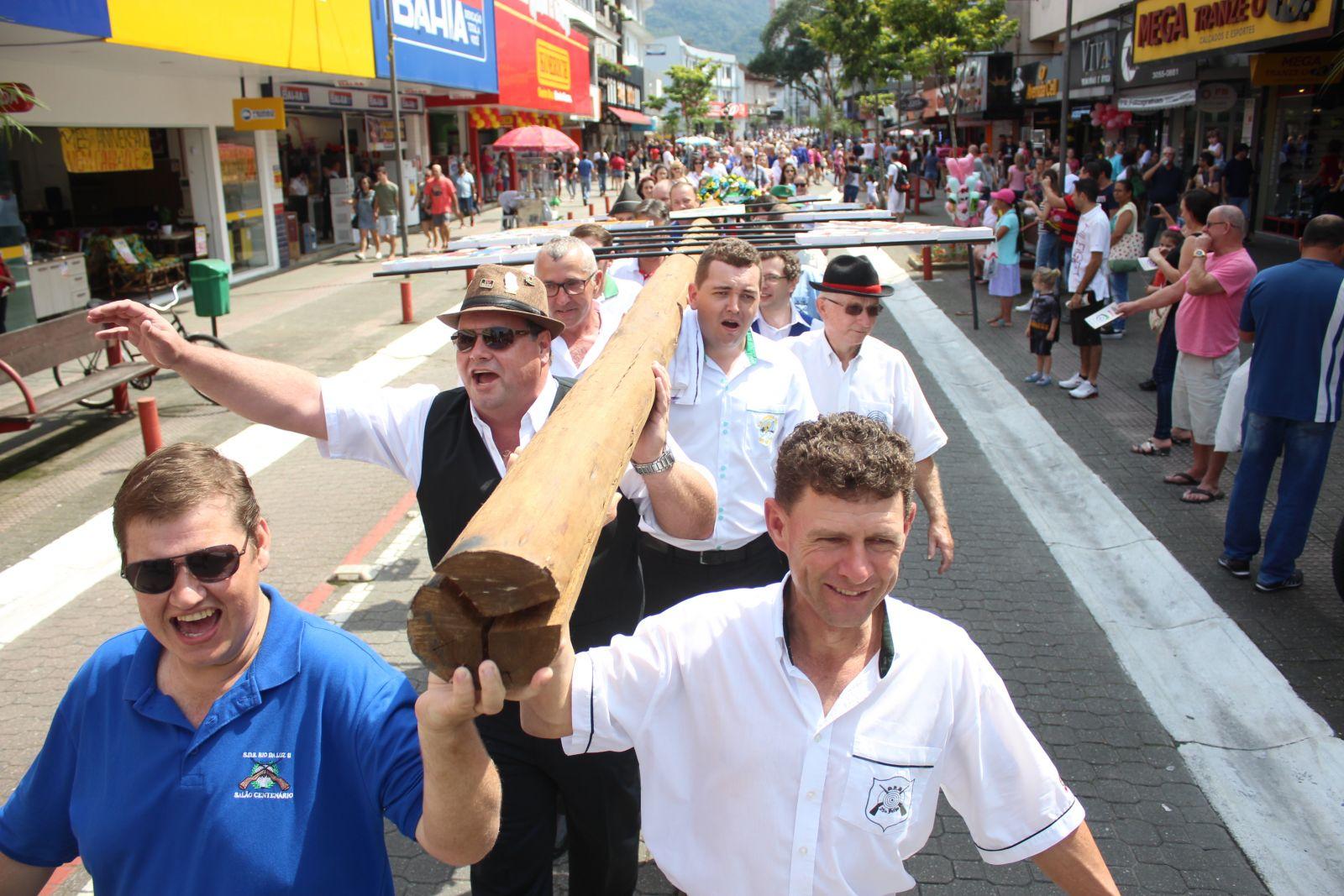 Desfile no centro de Jaraguá do Sul. Foto: Prefeitura de Jaraguá do Sul