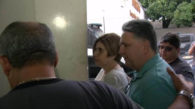 Anthony Garotinho e Rosinha Matheus, presos na manhã desta quarta (30), na chegada à Polinter, na Zona Norte do Rio — Foto: Reprodução/ TV Globo