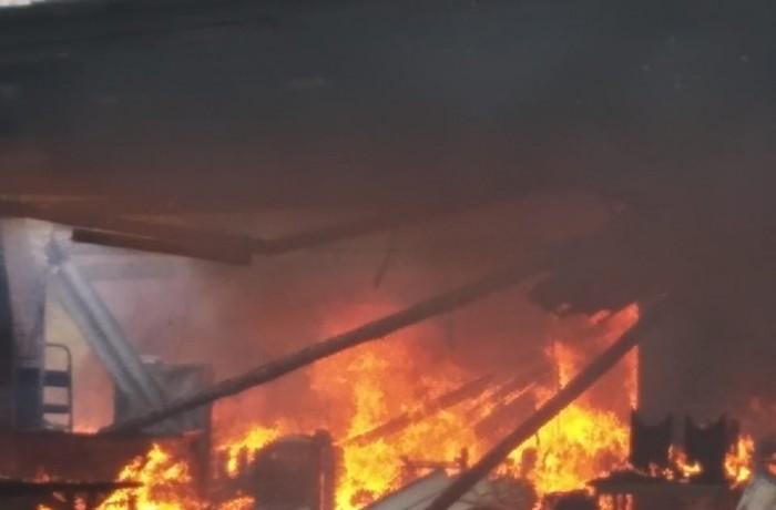 Área de festas abandonada queima no bairro Rio Cerro