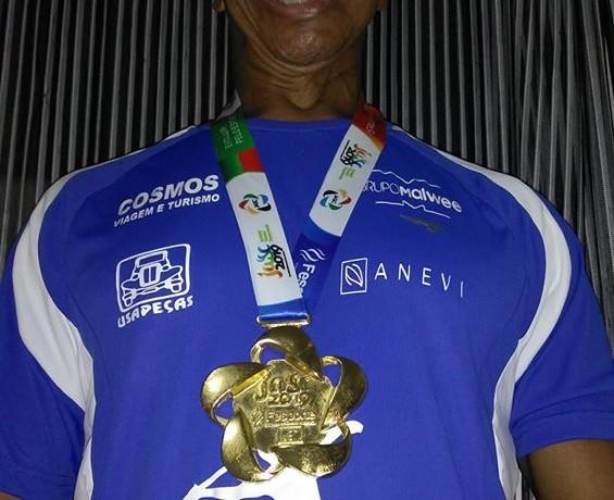 """Ele postou foto com a medalha, com a legenda: """"muito orgulho, honra e forte emoção."""""""