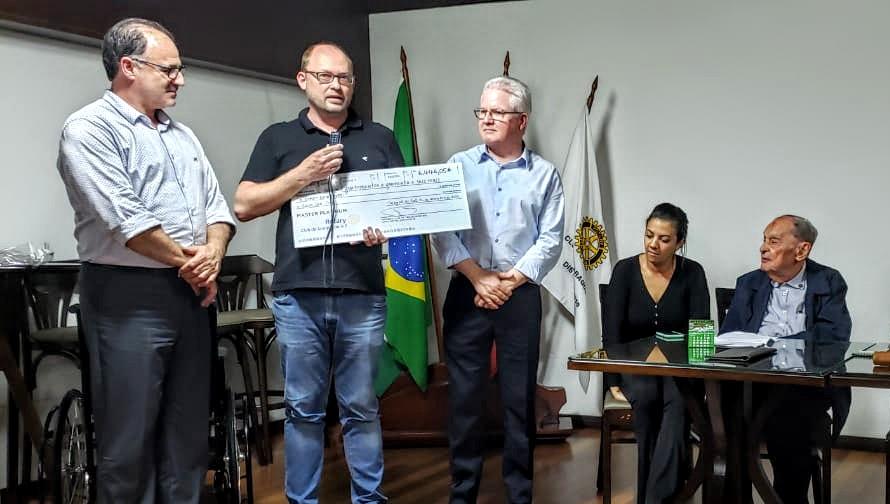 Entregue cheque Rotary