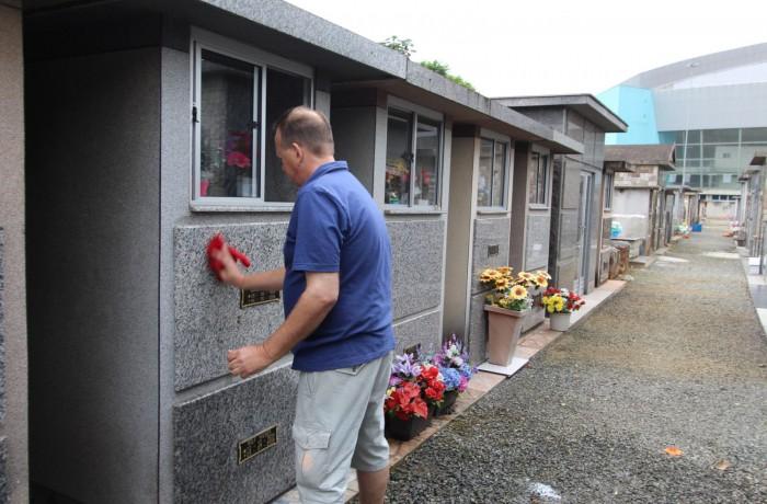 Desde quinta-feira, a limpeza nos cemitérios só pode ser feita com água em balde, escovas, vassouras e panos. Foto: RBN94,3