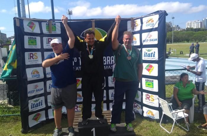 Olavo José Reali, no centro, obteve a medalha de ouro na prova que é especialista. Foto: Alain Ornelas