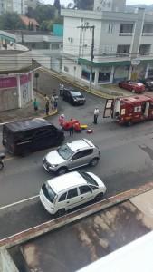 Acidente deixou motociclista ferido no centro da cidade. Foto enviada por ouvinte