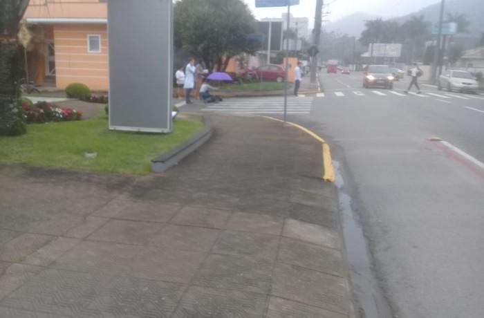 Funcionários de clínicas médias da região  ajudaram a ciclista, orientando a ficar imóvel. Foto: RNB94,3