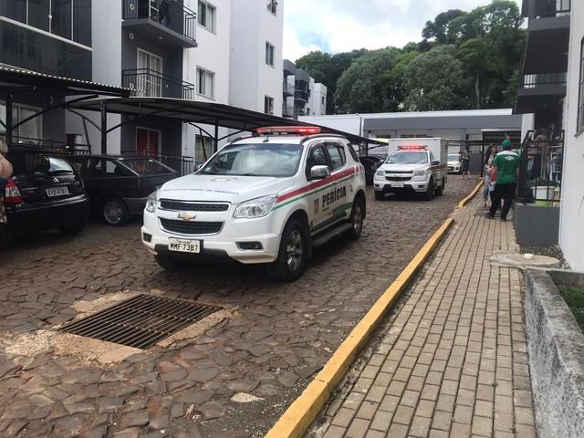 IGP e Polícia Civil no condomínio onde ocorreu o crime em Chapecó — Foto: Allan Borges/NSC TV