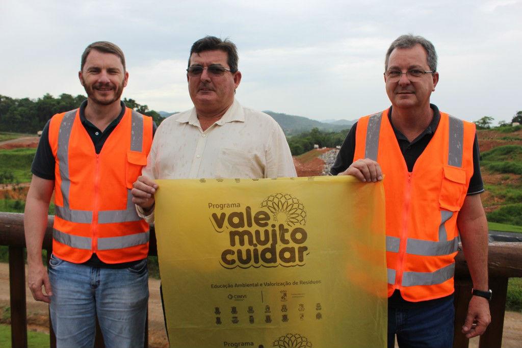 Prefeito de Massaranduba, Sésar Tassi, no centro; Fernando Tomaselli, à direita; e Círio Martini. Foto: Emerson Gonçalves/RBN94.3