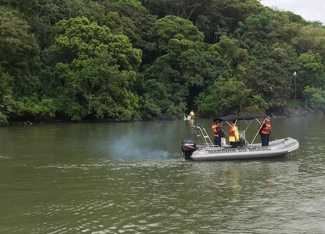 Buscas aos pescadores desaparecidos começaram no domingo (10), na Baía da Babitonga — Foto: Capitania dos Portos de São Francisco do Sul/ Divulgação