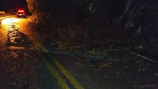 Deslizamento ocorreu na noite de segunda-feira na SC-390 — Foto: Polícia Militar Rodoviária/Divulgação