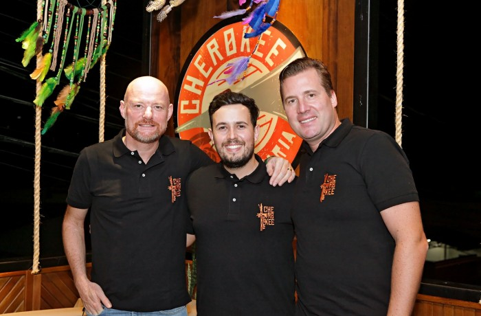 Loreno (E), o cervejeiro Felipe Bosini (Centro) e Ricardo. Crédito da foto  Fotógrafo Horst Baumle