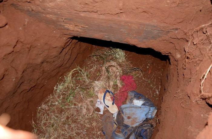 Roupas são vistas na entrada de um túnel na Penitenciária Regional de Pedro Juan Cabellero, no Paraguai, por onde dezenas de presos fugiram na manhã deste domingo (19) — Foto: Marciano Candia/AP