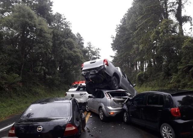 Impacto da batida deixou caminhonete em cima de carro — Foto: Corpo de Bombeiros Militar de Otacílio Costa/Divulgação