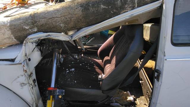 Poste cai em Fusca em Ibirama — Foto: Bombeiros Voluntários de Ibirama/Divulgação