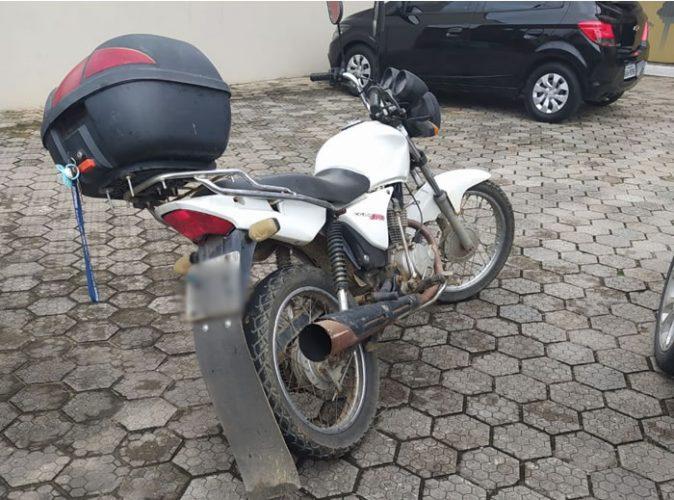 A motocicleta, Honda CG 150, foi recolhida. Foto: Polícia Militar
