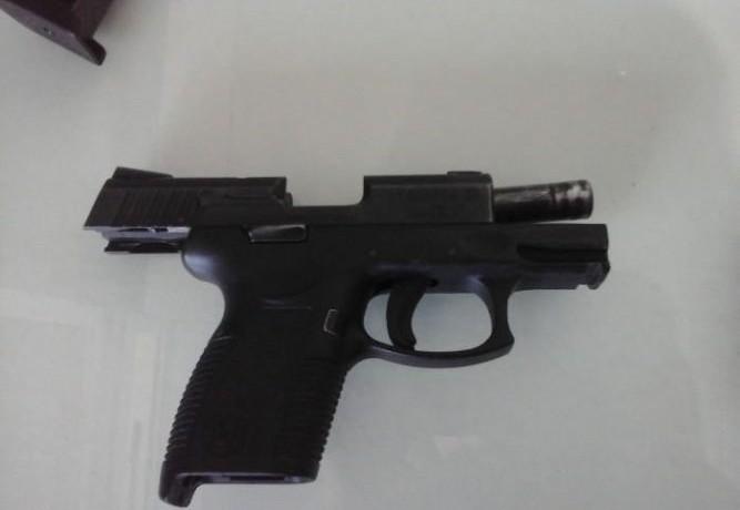 Pistola foi apreendida por volta das 8h. Foto: 14º BPM