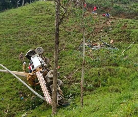 Caminhão tombou em ribanceira no meio da manhã. Foto: RBN