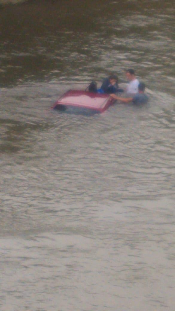 Carro ficou boiando no Rio Jaraguá e mulher foi socorrida por populares. Foto: Redes sociais
