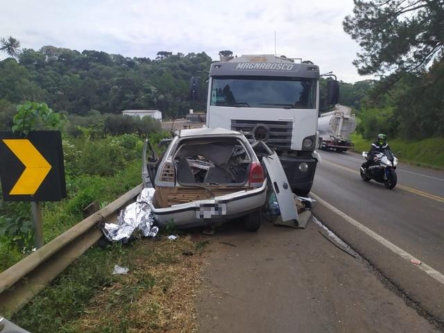 Gol bateu de frente com caminhão na BR-282, na manhã deste sábado — Foto: Polícia Rodoviária Federal/Divulgação