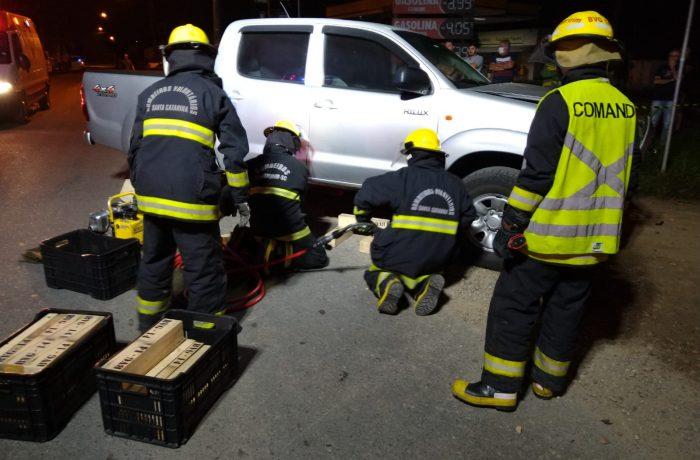 Após choque entre veículos, em Guaramirim, condutora vai parar embaixo do carro e é socorrida com fraturas