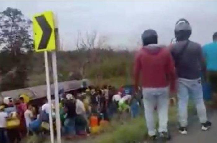 Sete pessoas morrem enquanto saqueavam combustível de caminhão tombado na Colômbia. Atenção, imagens fortes!