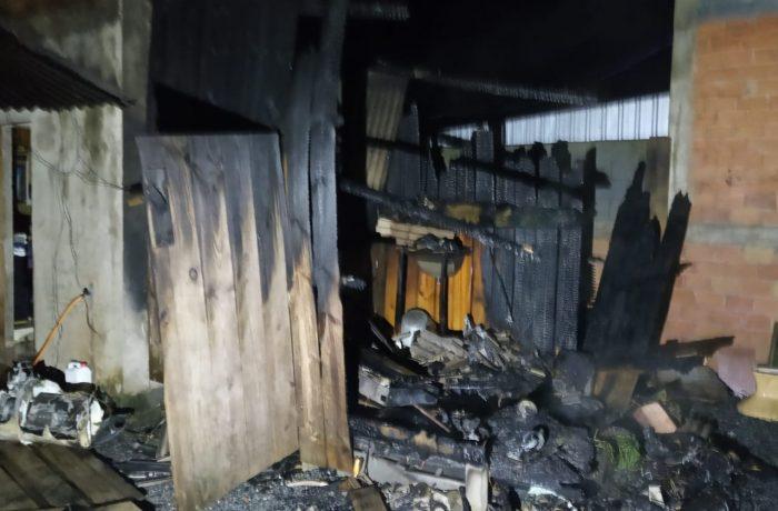 Incêndio destrói parcialmente residência em Schroeder