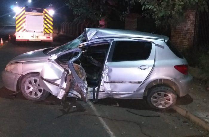 Em Schroeder, motorista fica presa nas ferragens do veículo após bater contra um poste