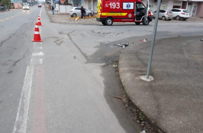 Homem é socorrido após acidente entre carro e moto em Schroeder