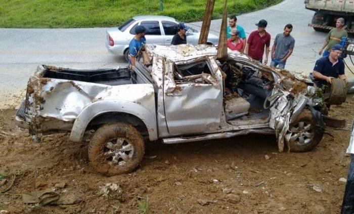 Carro da vítima e do marido saiu da pista na SC-417 (Foto: Polícia Militar Rodoviária / Divulgação )