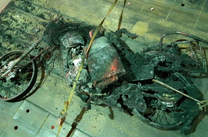 Motocicleta queimada após acidente. Imagem: PRF SC