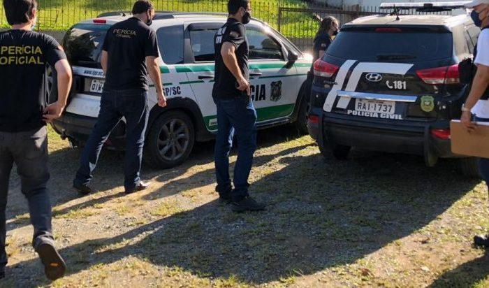 Na manhã deste domingo (22), mandado de busca e apreensão foi cumprido na casa do suspeito de ser o autor dos ataques  – Foto: Polícia Civil/Divulgação