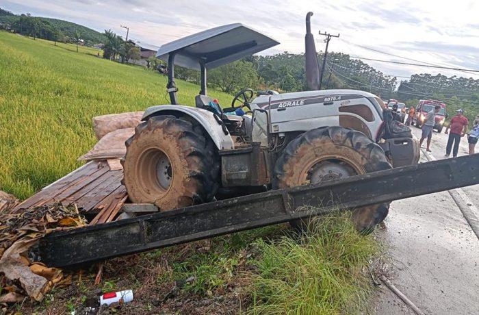 Trator atingido por caminhão derruba poste na SC-415
