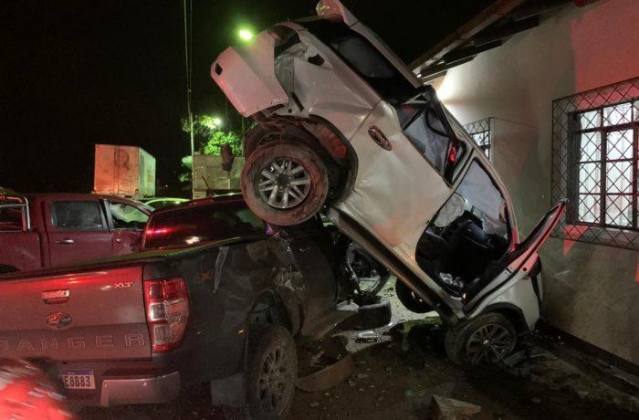 Carro bate contra três veículos no estacionamento de restaurante em Guaramirim