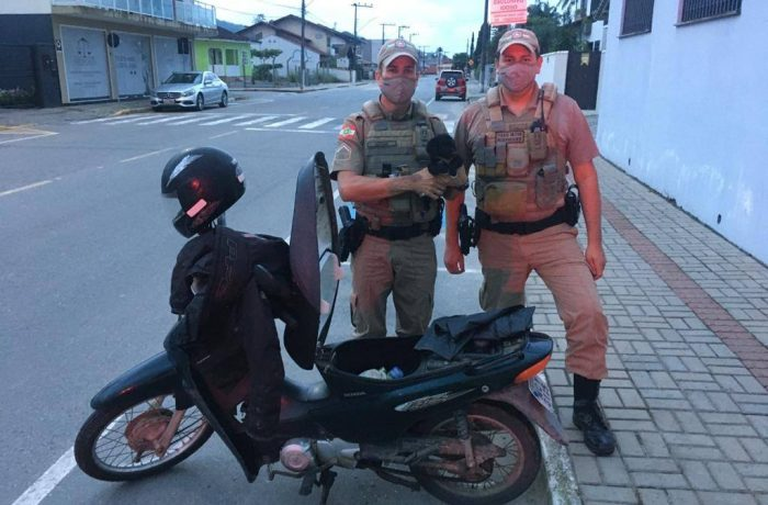 Mulher é detida após trancar cão no compartimento da biz em Guaramirim
