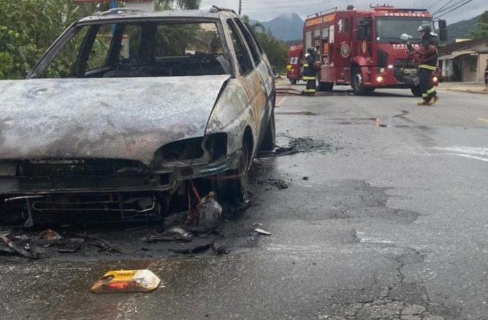 Incêndio é registrado em veículo em Schroeder